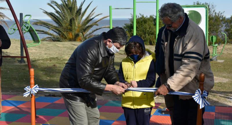 El Intendente Tabaré Costa y el Alcalde Jorge Fachelli cortando la cinta inaugural con ayuda de un niño.