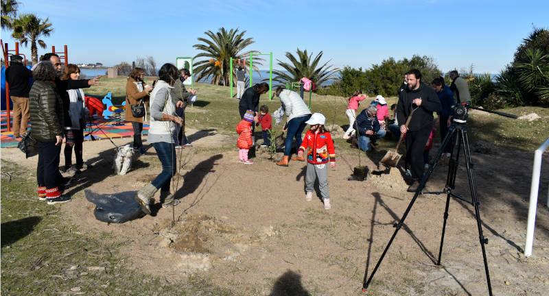 Vecinas y vecinos procediendo a la plantación de árboles bajo las directivas del Director de Espacios Públicos Martín Barindelli.