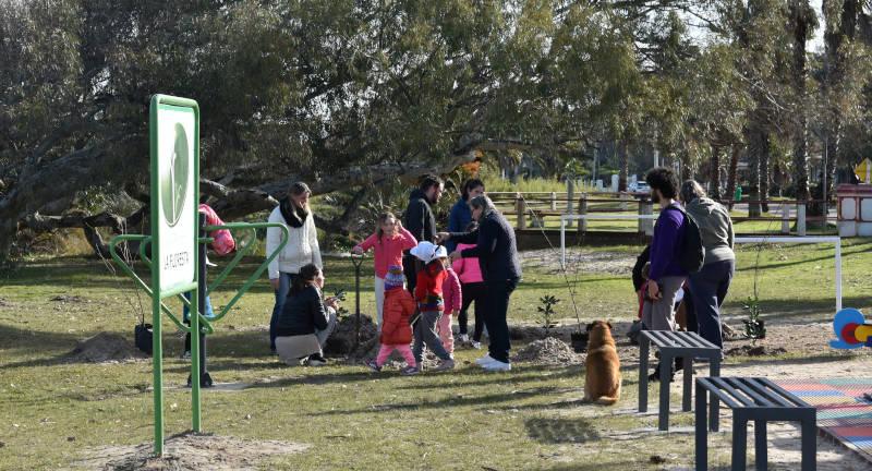 Vecinas y vecinos procediendo a la plantación de árboles bajo las directivas del Director de Espacios Públicos Martín Barindelli