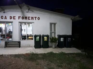 Foto de los contenedores instalados en la sede de la Liga de Fomento de Jaureguiberry.